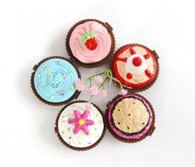 Brillos de labios en forma de cupcake ideal como detalle para las mujeres invitadas a la boda modelos