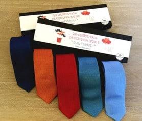 Corbatas multicolor en caja negra como detalle para los hombres de la boda