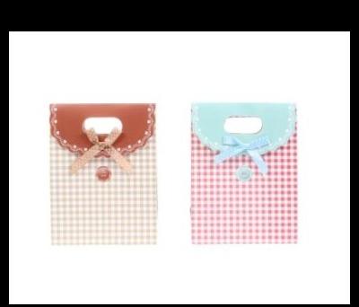 Bolsa de regalo y presentación con estampado de cuadritos y botón
