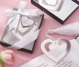 Elegante punto de libro en forma de corazón como regalo para los asistentes a la boda