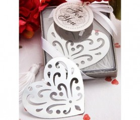 Elegante punto de libro en forma de corazón como regalo para los asistentes a la boda o evento