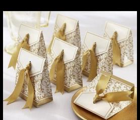 caja elegante en oro con lazo para detalles de boda