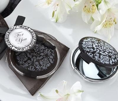 Elegante espejo con bolsa de organza negra ideal como detalle para las mujeres de la boda