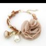 pulsera con flor y perlas en color marrón