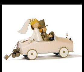 Figura de novios vintage en coche