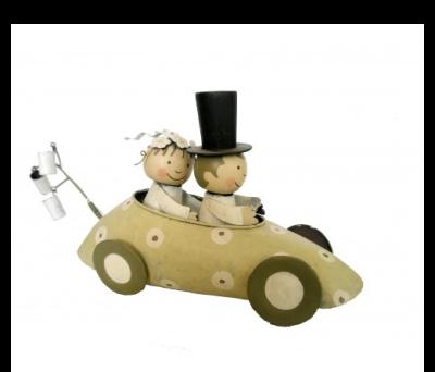 figura de novios en coche