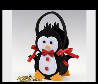 Cesta pingüino de fieltro con minifruits para detalles de invitados