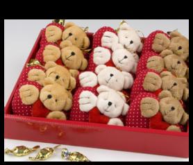 Expositor cojines osito corazón con croki-chocs para detalles de invitados