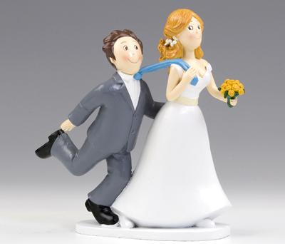 Divertida figura de novios novia tirando de corbata de novio para decorar la tarta nupcial o como regalo para los siguientes