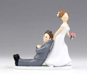 FIGURA DE NOVIOS CON NOVIA TIRANDO DEL NOVIO para la tarta nupcial o como regalo para los siguiente en casarse