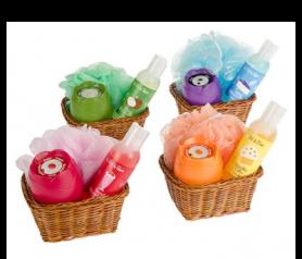 Set de baño en cesta mimbre Natura con gel de baño, ambientador tulipán y esponja flor como regalo