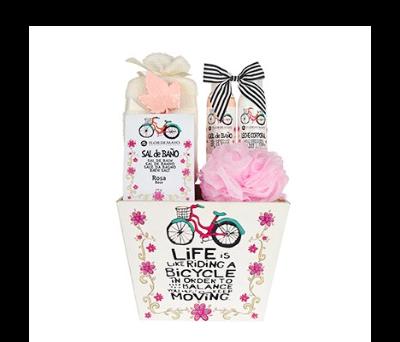 Cesta madera grande bicicleta con gel de baño, leche hidratante, esponja flor, 1 jabón formas, esponja rizo, sobre sal de baño
