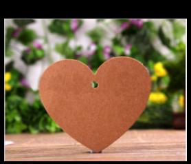 Lote de 50 tarjetas corazón kraft con cuerda para colgar incluida. Es el complemento perfecto para personalizar tus regalos y detalles de boda, comunion