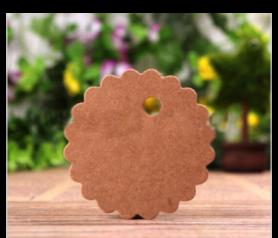 Lote de 50 tarjetas flor kraft con cuerda para colgar incluida. Es el complemento perfecto para personalizar tus regalos y detalles de boda, comunion