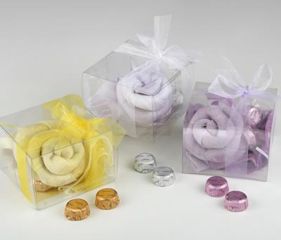 Foulard en flor y en caja de regalo con bombones para regalar a las invitadas de tu boda o evento