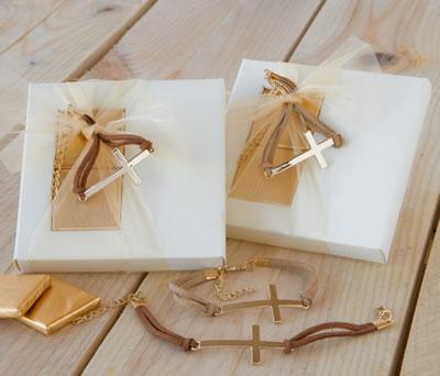 Pulsera cruz en caja con napolitanas como detalle de comunión para las invitadas