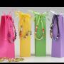 Pulsera multicolor en caja con minifruits para detalles de invitados