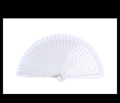 abanico blanco madera calado de corazones ideal para los meses de verano para las mujeres invitadas a bodas, comuniones, bautizos y otros eventos