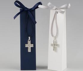 Colgante en forma de cruz en caja con peladillas para detalles de comunión o de boda