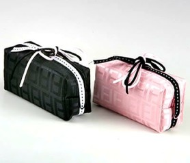 necesser motivos geométrico adornado en color rosa y negro ideal como detalle para las mujeres invitadas a la boda