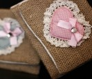 Portatodo de tela de saco con motivo corazón y lazo ideal para complementar los detalles de tu boda