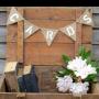 Banderines fabricados en tela de arpillera con las palabras cards para decorar bodas con estilo vintage y rústicas