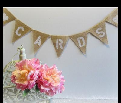 Banderines fabricados en tela de arpillera con las palabras cards para decorar bodas con estilo vintage y rústicas para encontrar tu libro de firmas
