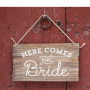 cartel de madera 60x40cm personalizado con la frase Here comes the bride
