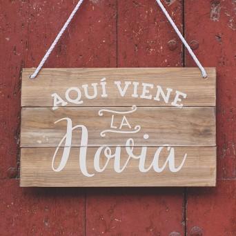 cartel de madera 60x40cm personalizado con la frase aquí viene la novia