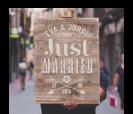 cartel de madera con mensaje personalizado just married para bodas rústicas y vintage