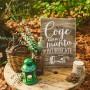cartel de madera en color madera de 34x47 con la frase coge una manta y acurrucate ideal para bodas rústicas y vintage