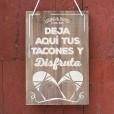 cartel de madera en color madera de 34×47 con la frase deja aquí tus tacones y disfruta para bodas rústicas y vintage