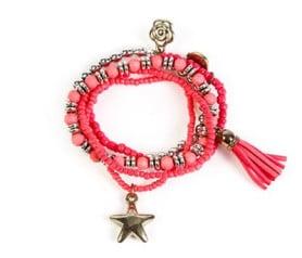 pulsera étnica en tonos rojos combinada ideal como detalle de boda para las invitadas y niñas