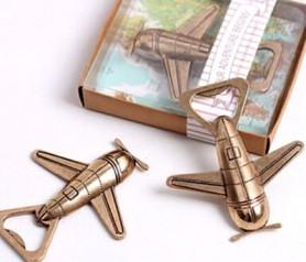 Abrebotellas en forma de avión vintage como detalle para los hombres invitados a la boda
