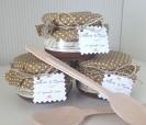 Mermeladas artesanales de aragón presentadas con telas diversas ideales como detalle de boda o bautizo