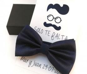 Pajarita color azul con tarjetón personalizado a juego como detalle de boda para los hombres