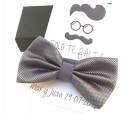 Pajarita en color gris perla con tarjetón personalizado a juego como detalle de boda para los hombres1