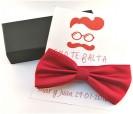 Pajarita en color rojo con tarjetón personalizado a juego como detalle de boda para los hombres invitados