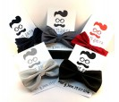 Pajarita en colores con tarjetón personalizado a juego como detalle de boda para los hombres