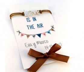 Pulsera Love con cordón en tarjetón personalizable para las mujeres invitadas a la boda