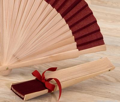 Abanico madera madera natural adornado como detalle o complemento para las mujeres de tu boda en meses de verano