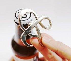 Abrebotellas de cerveza símbolo & como regalo de bodas para los invitados de tu boda