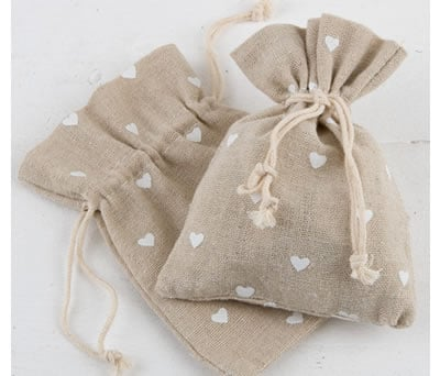 Bolsa de jute con corazones blancos ideal para complementar los detalles de tu boda