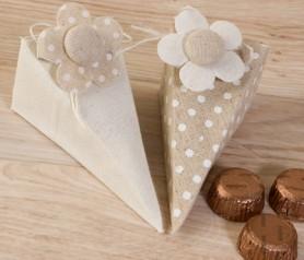 CAJA PIRÁMIDE TOPOS LISO CON PINZA FLOR CON BOMBONES como detalle para tus invitados de boda, comunión y bautizo