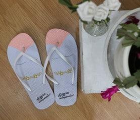 Chanclas para las mujeres invitadas a tu boda con frase gracias por acompañarnos