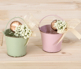 Cubo aluminio decorado con flores y bombones.fw