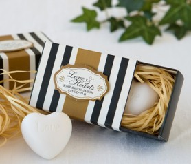 Jabón en forma corazón en caja detalle de boda para las mujeres invitadas