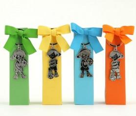 LLavero niños con pelota de fútbol en cajas de colores con peladillas como detalle de comunión