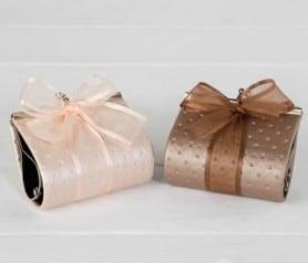 Monederos decorados con bombones y lazada como detalle para las mujeres invitadas