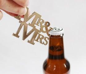 Original abrebotellas Mr&Mrs como detalle de boda para los invitados
